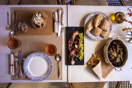 los_restaurantes_dray_martina_sala_de_despiece_y_punk_bach_decoran_la_perfecta_mesa_de_navidad_para_voguees_953609726_1200x