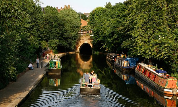 canal-boat-sailing-up-the-009
