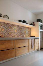 cocina-con-frente-decorado-y-madera
