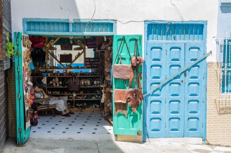 asilah-marruecos-de-agosto-tendero-no-identificado-que-duerme-en-la-tienda-arte-cuero-104179505